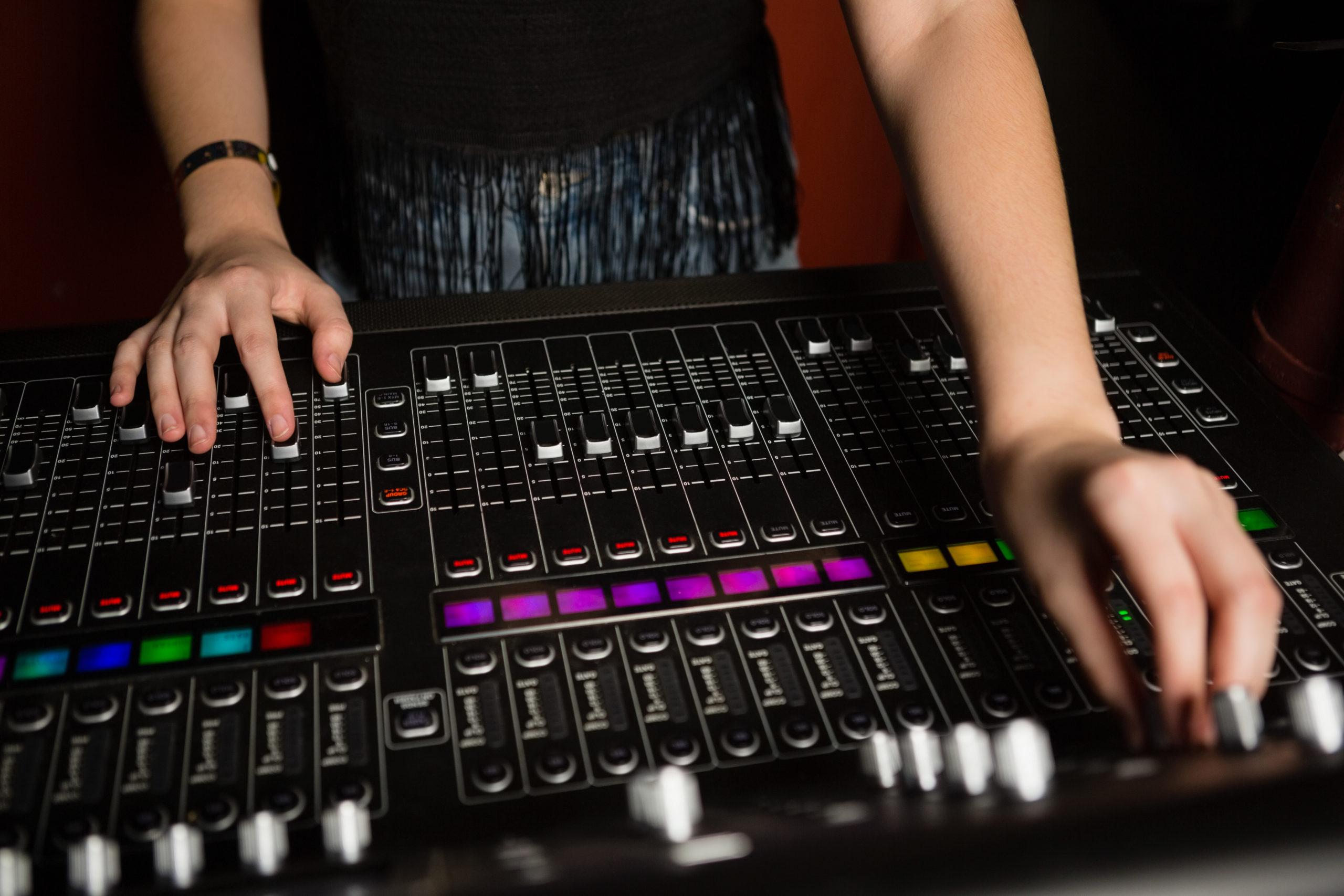 dj-mixing-music